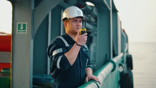 Marine Decksoffizier oder Chief Mate an Deck eines Schiffes oder Schiffes