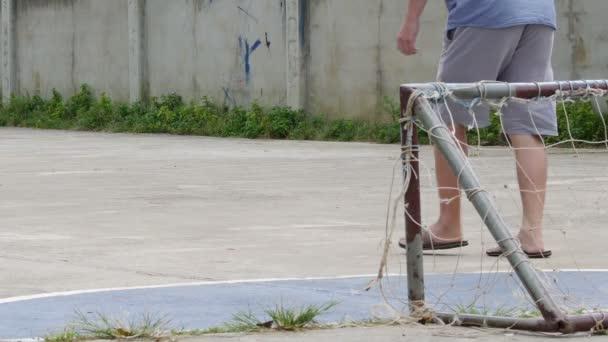 Bazénů kopat staré fotbal mají tržnou ránu a čisté rozrušení malé cíle s mužem