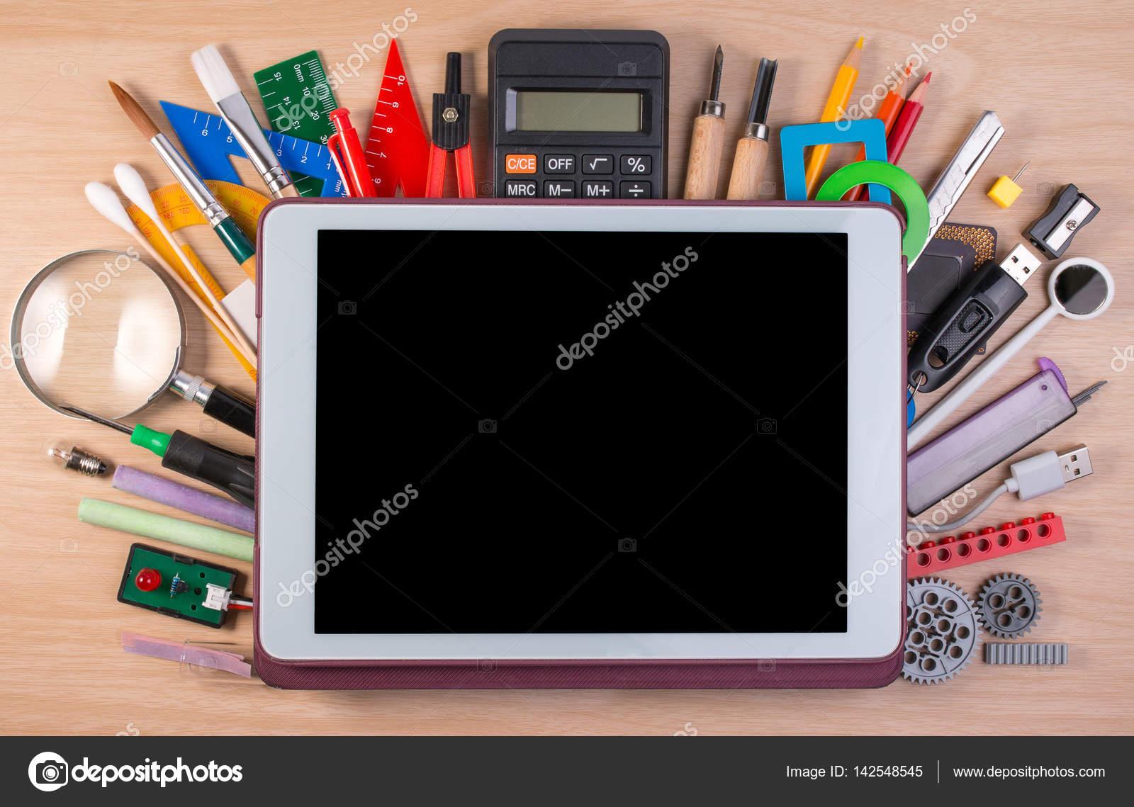 Tablet pc sopra materiale scolastico o forniture per - Tavola grafica per pc ...