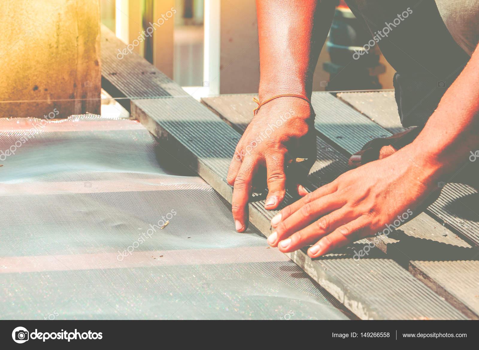 Fußbodenbelag Werkstatt ~ Tischler hand oder hand des arbeiters bodenbelag holz auf dem boden