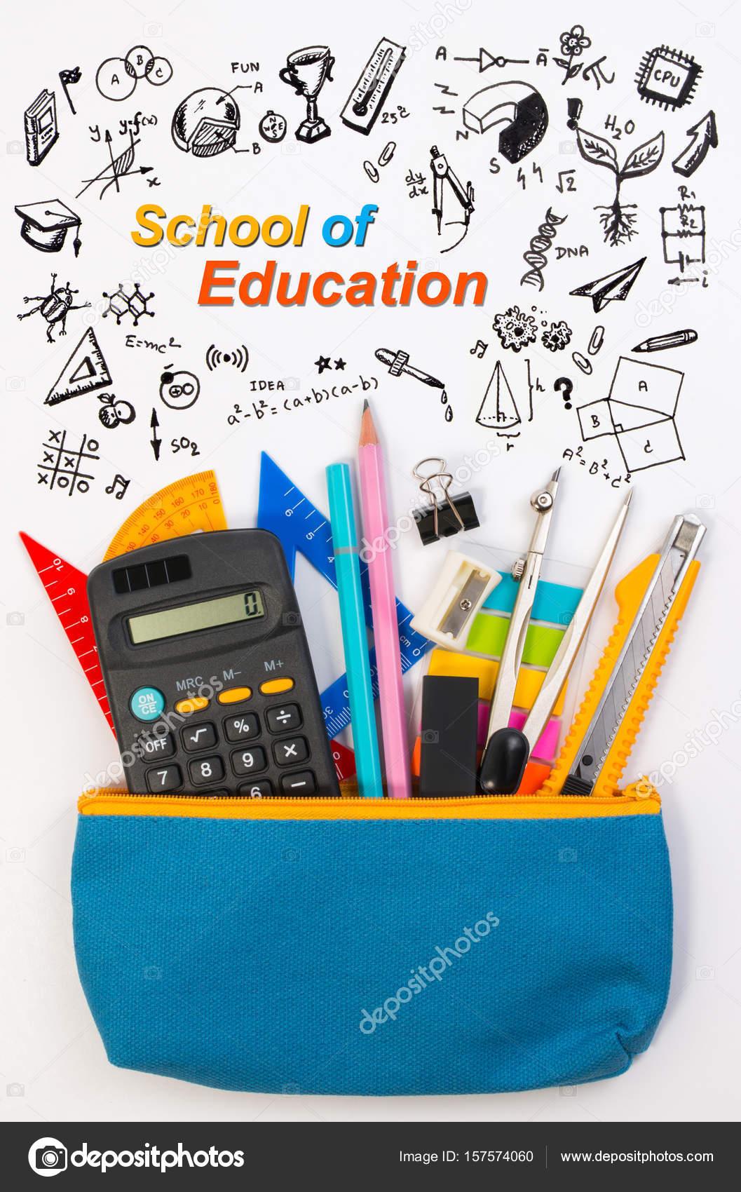 Studentské tašky nebo tužka penál s školní potřeby pro studenty na bílém  pozadí. Modrá tužka box s vybavením školy pro math třídy izolovaných na  bílém ... 6392065ce0