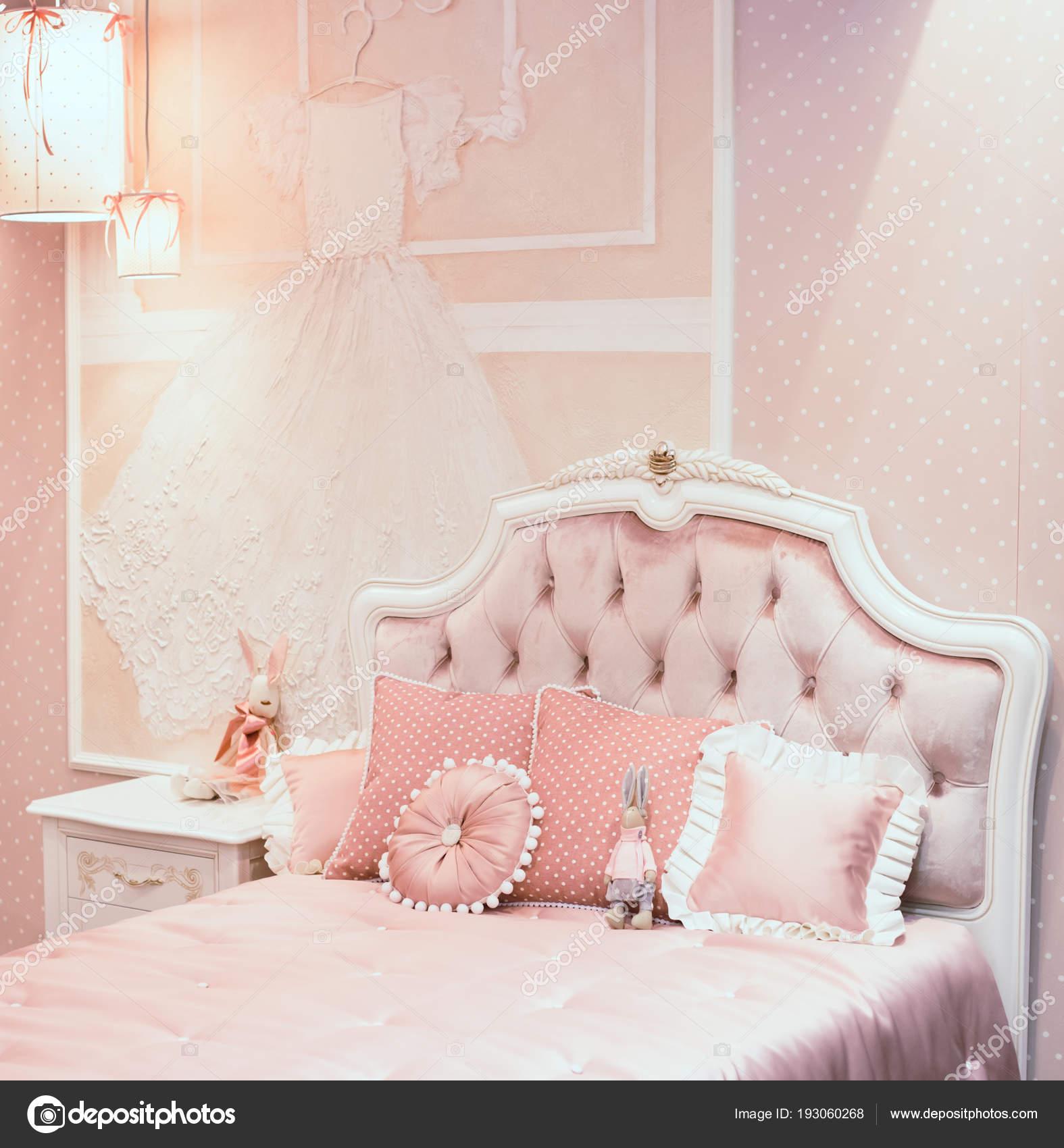 Luxus Reich Schlafzimmer Innenraum in rosa Farbe für kleine ...