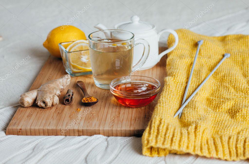 grande vendita 04f12 81178 Tè di erbe con fiori di camomilla, curcuma e miele su una ...