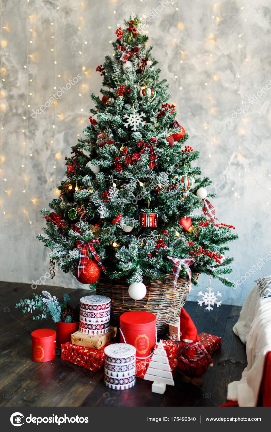 Рождественская елка украшена игрушками и подарками ...