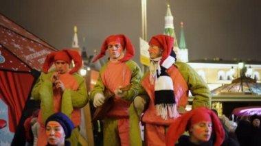 Ruské lidové klauniáda působí na Mokhovaya street na novoroční svátky v Moskvě
