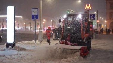 speciální vozidlo čistí chodník při sněžení na Sretěnskij Boulevard