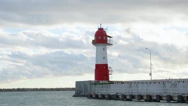 Maják Soči námořního přístavu, olympijské kruhy v západu slunce světlo, klidné moře