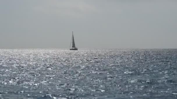 Yacht vitorlák tenger nyugodt kék vízben. Vitorlás-horizont, a gyönyörű táj. Vitorlas hajo. Yacht, vitorlázás megnyílt óceán. Vitorlás szeles napon.
