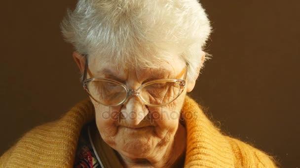 čtení knihy babička