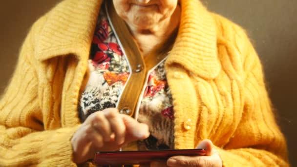 alte Frau und elektronisches Tablet