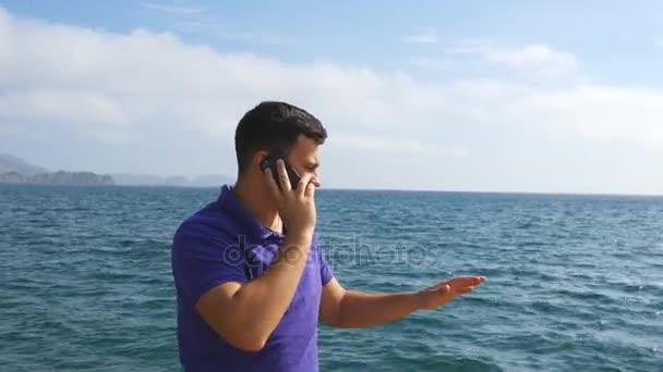 Giovane Uomo Bello è Parlare Al Cellulare Su Una Spiaggia Di Mare