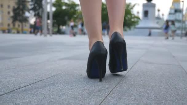 photos officielles 0ecb4 0b239 Suivre à pieds femelles en chaussures talons marcher dans la rue. Pieds  d'affaires jeune femme en chaussures à talons hauts va dans la ville. Jeune  fille pour travailler le pas à pas. Slow motion ...