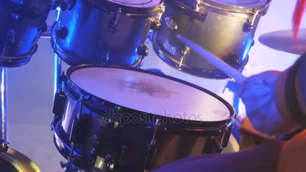 Felismerhetetlen munkatársa játszik rock koncert közben a dob, fa botokat. Zene dob szett. Lassú mozgás közelről