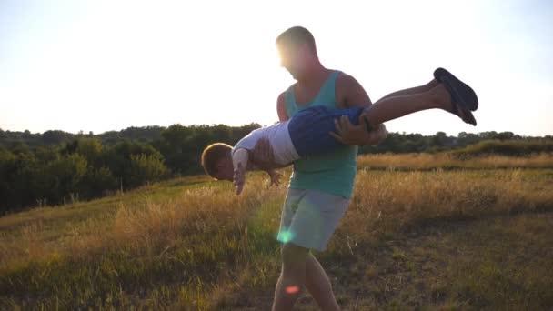 Otec a syn hraje na hřišti za slunečného letního dne. Šťastný tatínek drží a otočí malé dítě v rukou. Chlapec si představuje, že létá jako letadlo. Šťastná rodina tráví čas v přírodě. Zpomalený pohyb