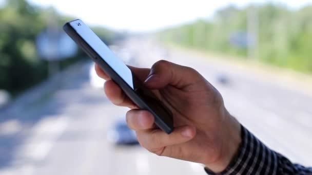 Zblízka muž používající mobilní chytrý telefon