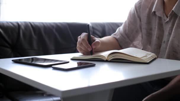 Üzletember dolgozik, és írásban office
