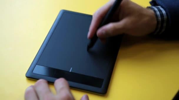 grafický designér pomocí digitálních tablet