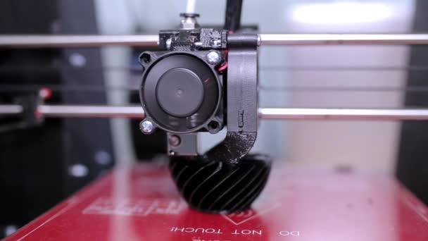3d printer prints a vase