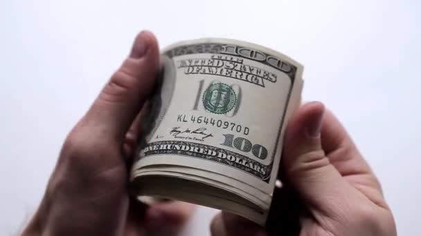 Muž se počítá peníze v rukou