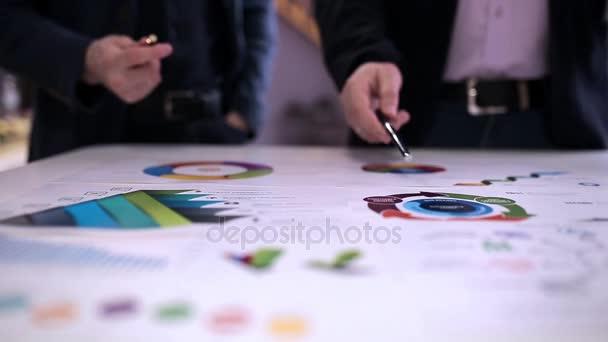 Dva podnikatelé diskuse o grafiku v kanceláři