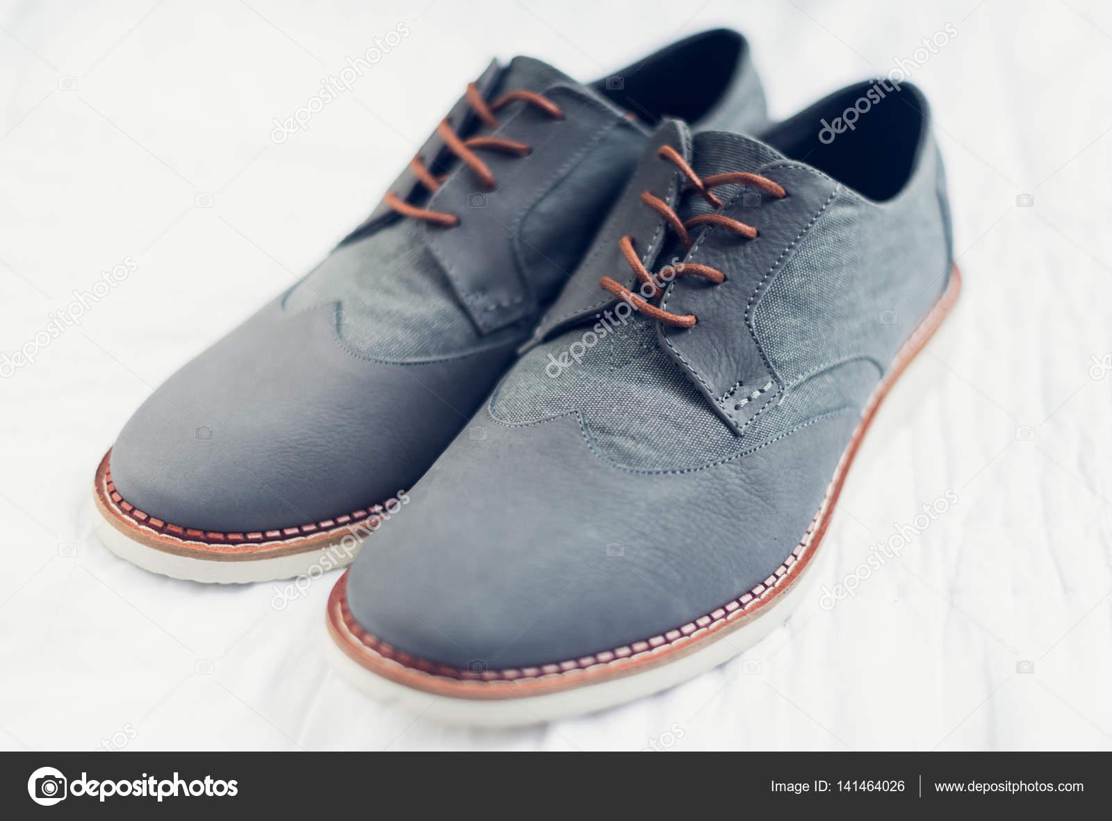 914d6d0ea20a9 Une belle paire de chaussures de mariage gris avec une finition orange dans  les lacets et la semelle. Toutes prises avec une créative faible profondeur  de ...