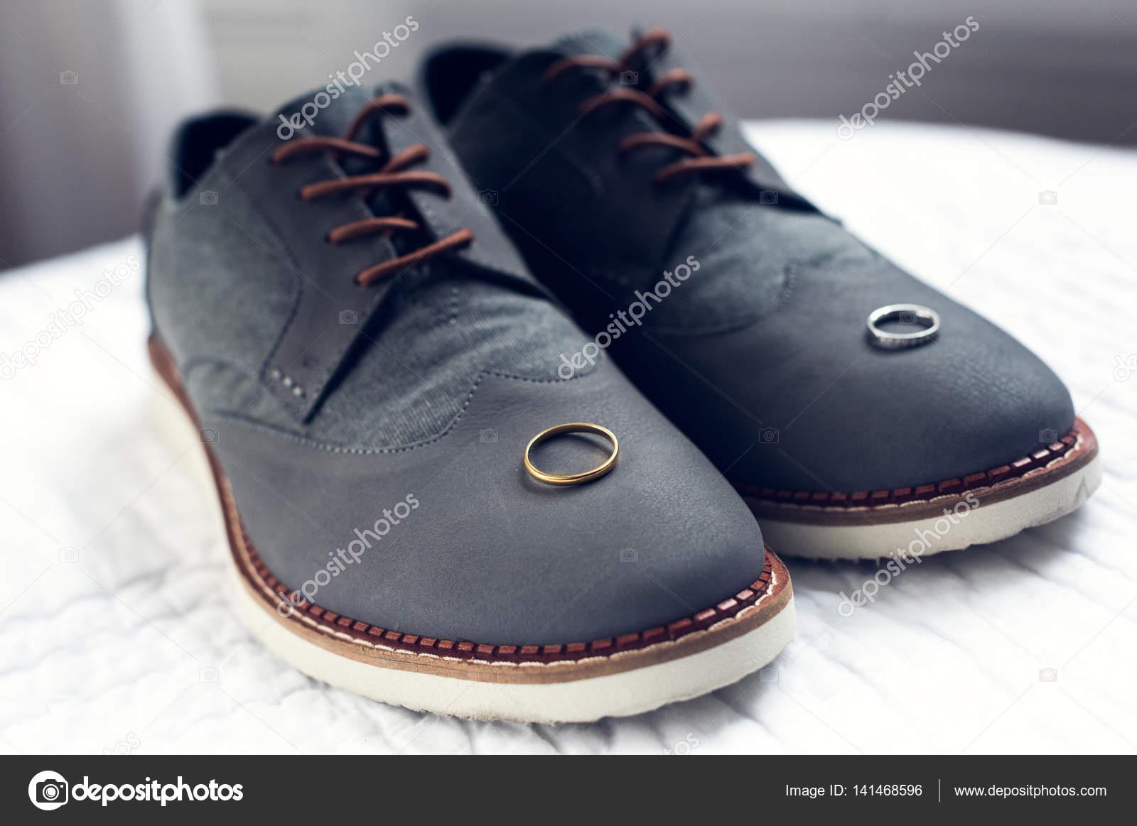 5fc55f9f7d14a Une belle paire de chaussures de mariage gris avec une finition orange dans  les lacets et semelle et bagues de mariage. Toutes prises avec une créative  ...