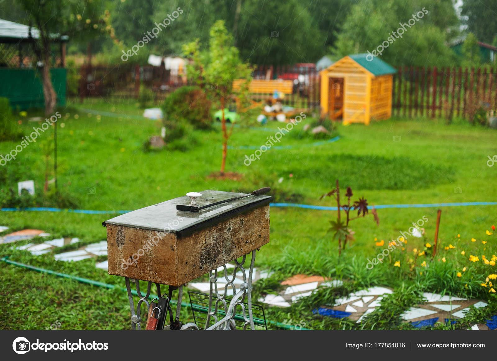 Sommer Bbq Feuerschale. Grill Im Garten Und Sonne Licht Und Bäume Im Garten  U2014 Stockfoto