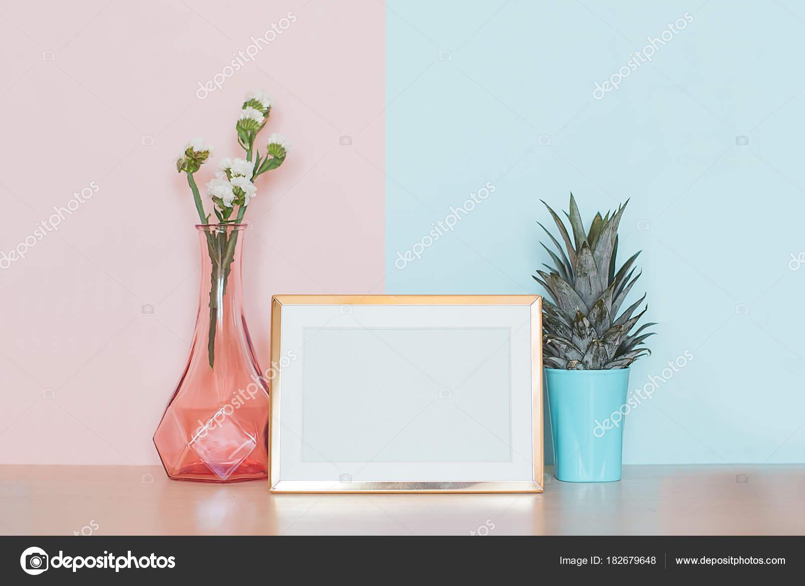 Moderne Wohnkultur mock-up mit gold leere Bilderrahmen, Vase und ...