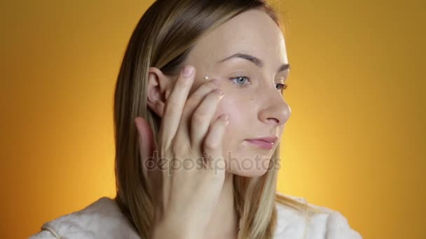 Detailní portrét krásné ženy, používání krému na koncept péče o pleť obličeje