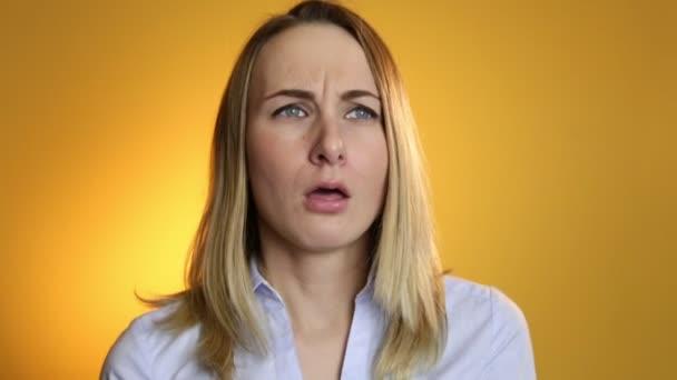 Nemocná žena vysmrkal se do tkáně na žlutém podkladu