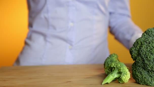 Zelené smoothie žena pít zdravé bio zeleninové šťávy snídaně