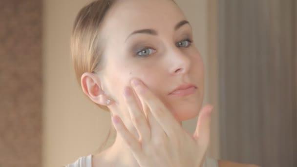 Detailní portrét krásné ženy dotýká koncept péče o pleť obličeje