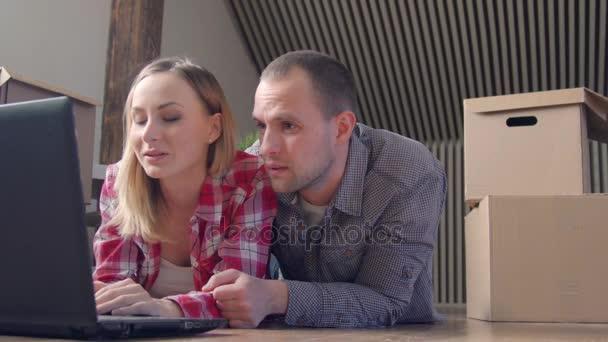bewegliche, home, Technologie und paar Konzept - lächelnd paar mit Laptop sitzen am Boden im neuen Haus