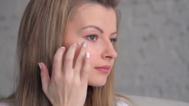 Krásný model dát krém na obličej