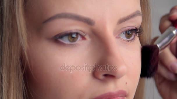 Szem smink nő szemhéjfesték por alkalmazása. A gyönyörű nő arcát. Tökéletes smink. Szépség-divat. Szempillák. Kozmetikai szemhéjfesték. közelről.