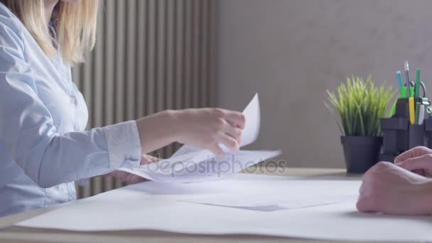 Podnikatelé, podepsání smlouvy během firemních setkání a potřesení rukou.