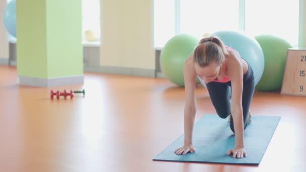 Lány csinál, gerinc, backbend, ívelt, stretching őt vissza dolgoznak ki otthon vagy a jóga gyakorlása a felmelegedés.