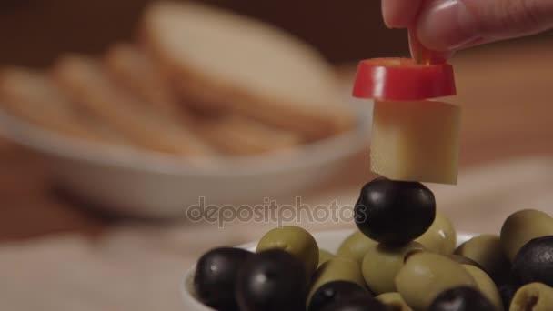 Canape con formaggio ed olive nere