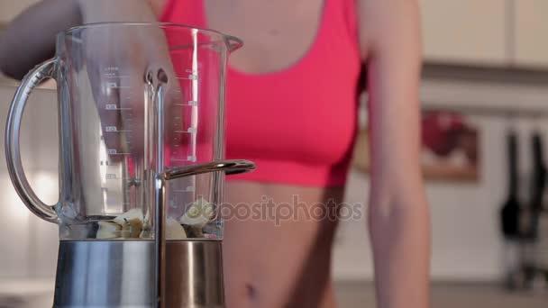 zdravé stravování, kuchyně, vegetariánské jídlo, strava a lidé koncept - detailní záběr ženy s mixérem, aby ovoce protřepejte doma