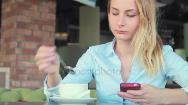 Frau mit app am Smartphone lächelnd und SMS auf Handy