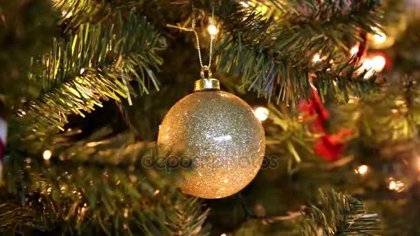 Zlatý vánoční koule na stromeček s blikající světla pozadí