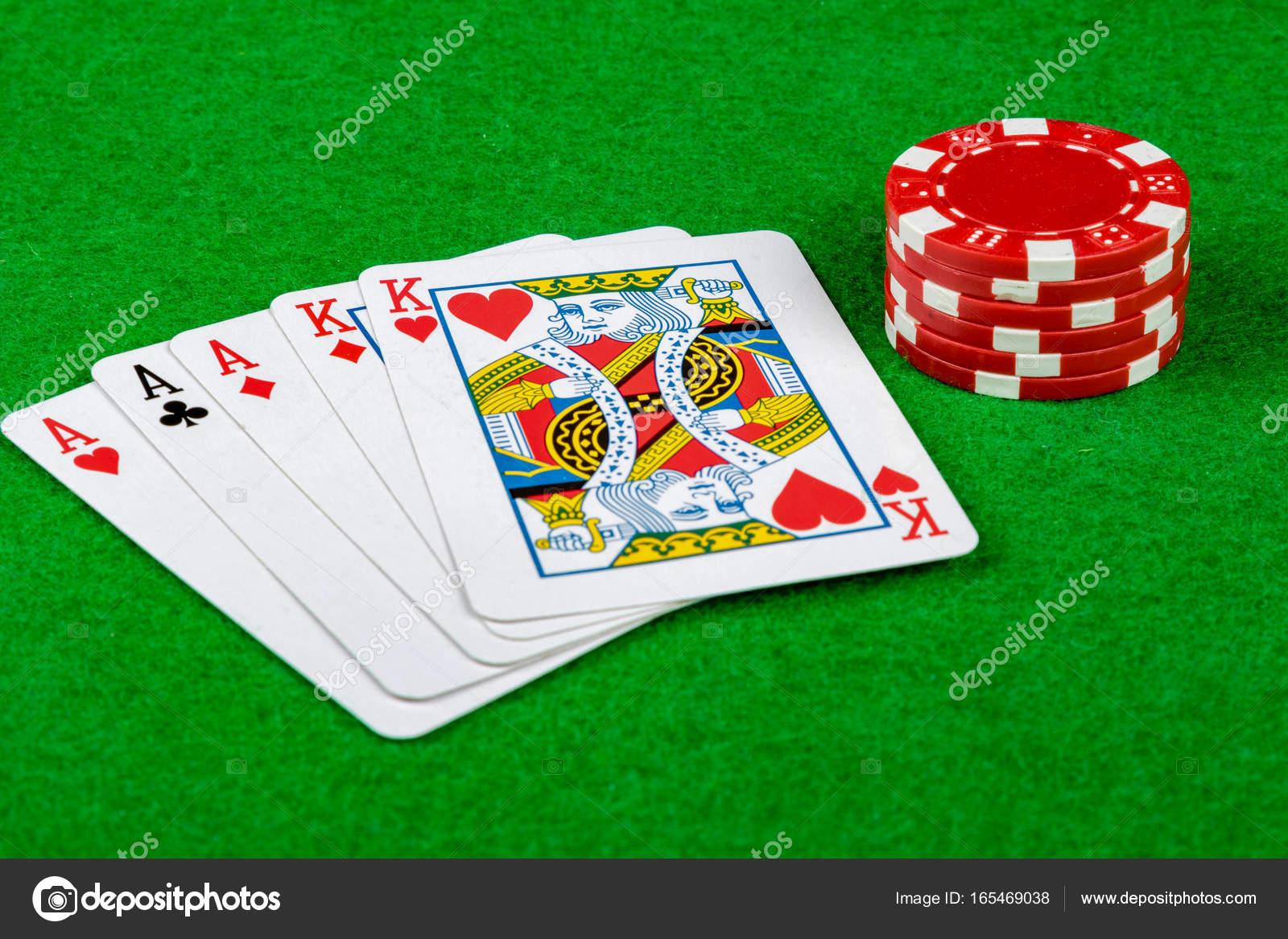 チップを賭けポーカー手を示す完...