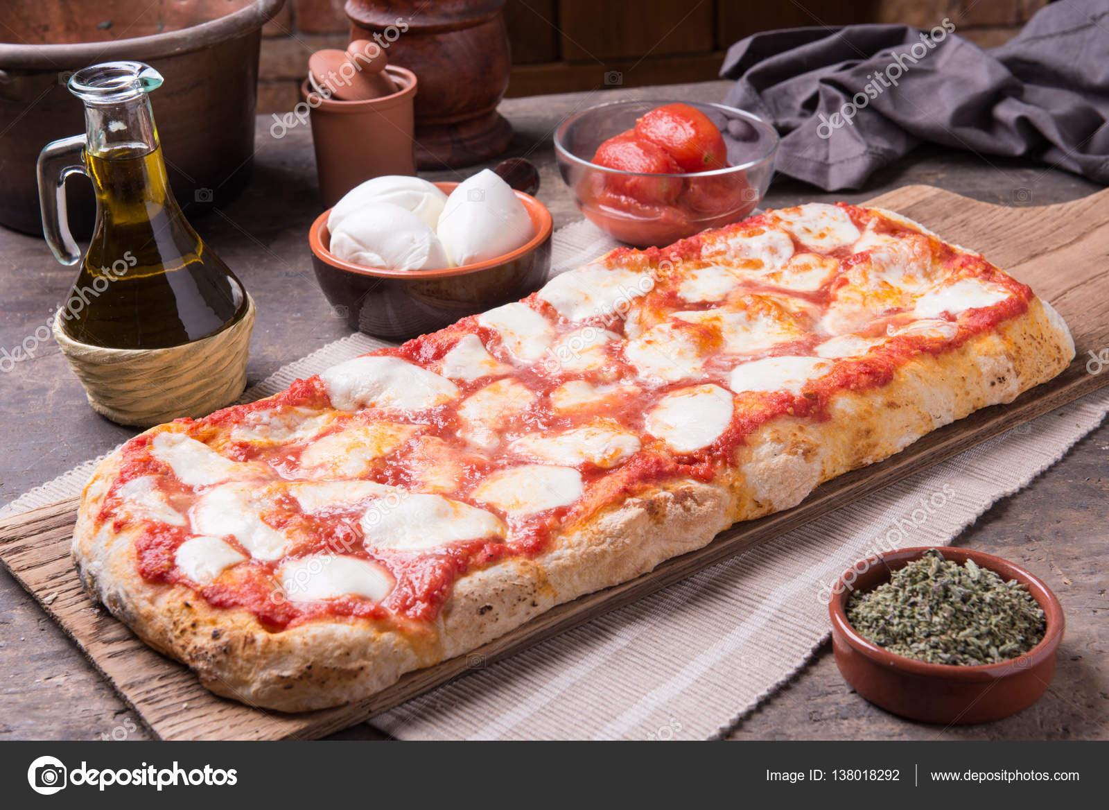 Pizza romana fatta in forma rettangolare e spessa mano \u2014 Foto di  info.jefmilano.com