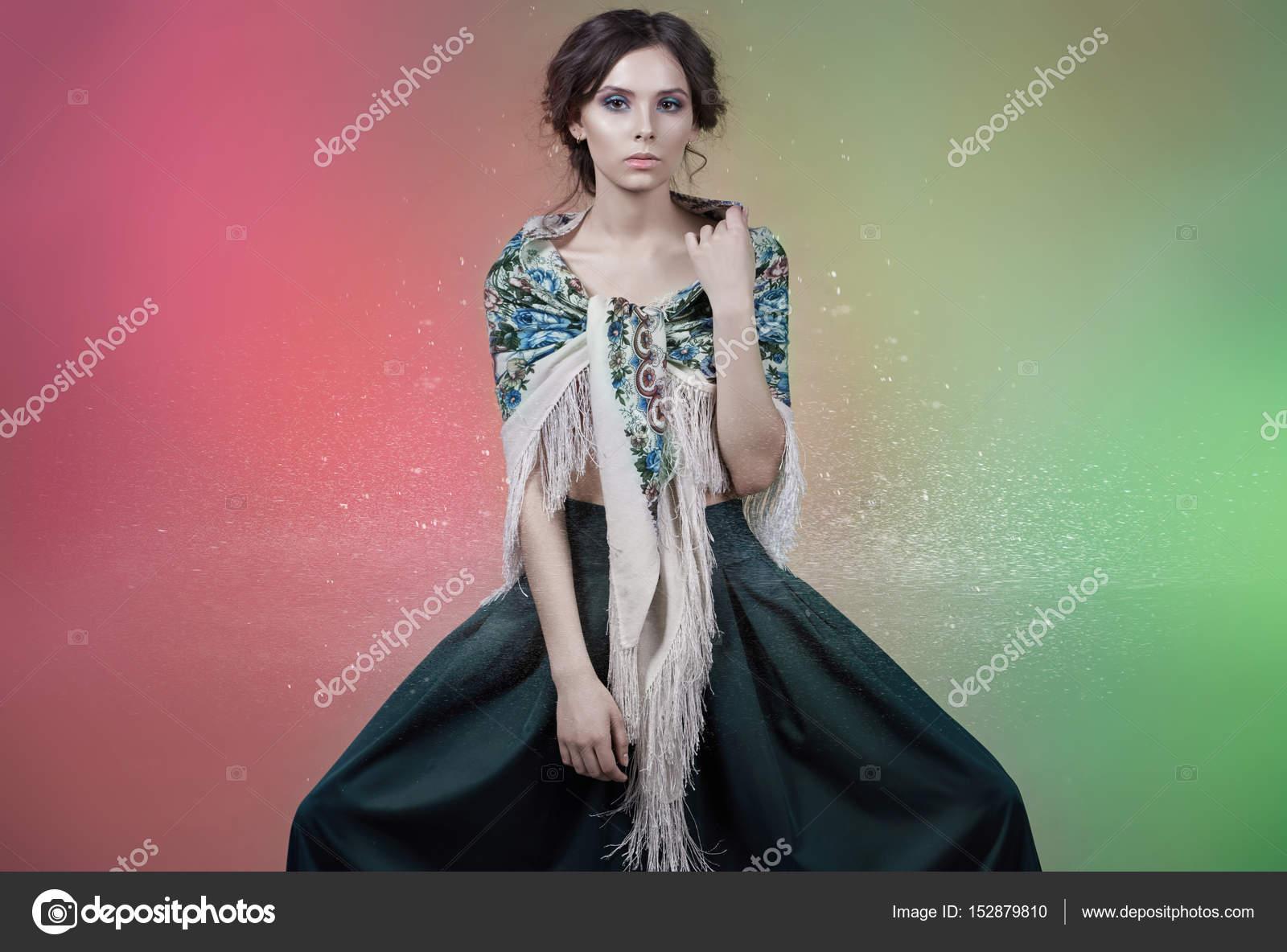 Modelo de chica en un vestido con estilo en el estudio — Foto de ...