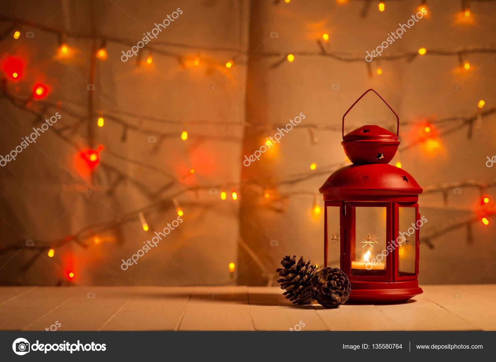 Weihnachtsbeleuchtung Kegel.Weihnachtsbeleuchtung Laterne Und Zapfen Stockfoto Makidotvn
