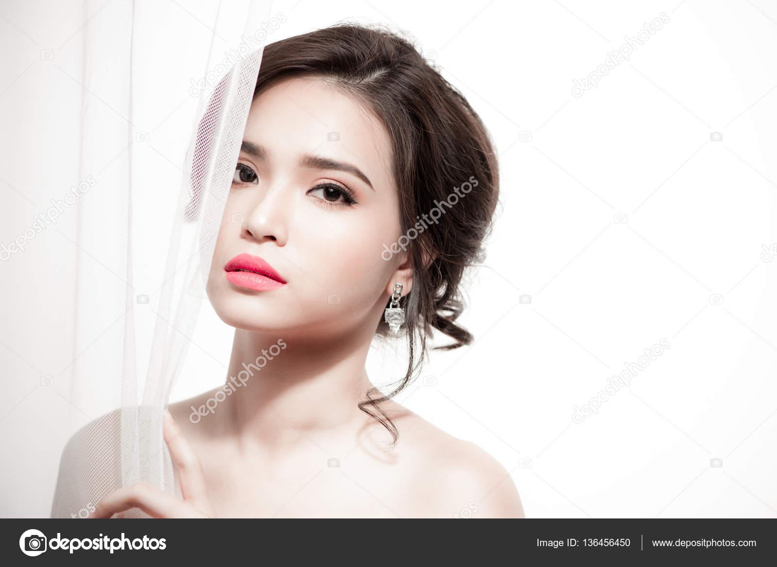 28c322fb57b7c1 Красиві азіатські нареченої портрет макіяж весілля, весільні зачіски,  весільну сукню. Весілля прикраса. Вибірковий Розмитий фокус– стокове  зображення