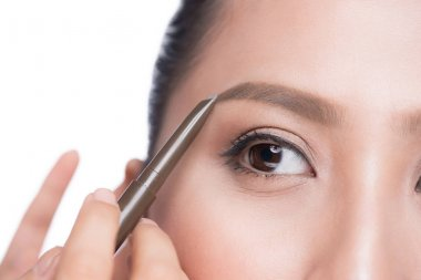 woman contouring brow with pencil