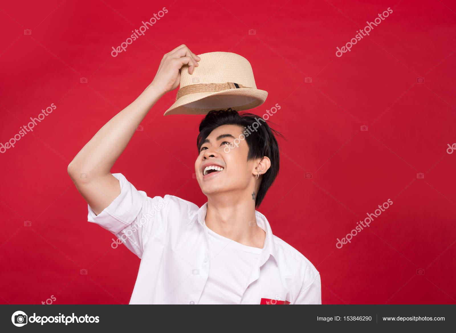 d3eb58d7ae6 asijské muži nosí klobouk — Stock Fotografie © makidotvn  153846290