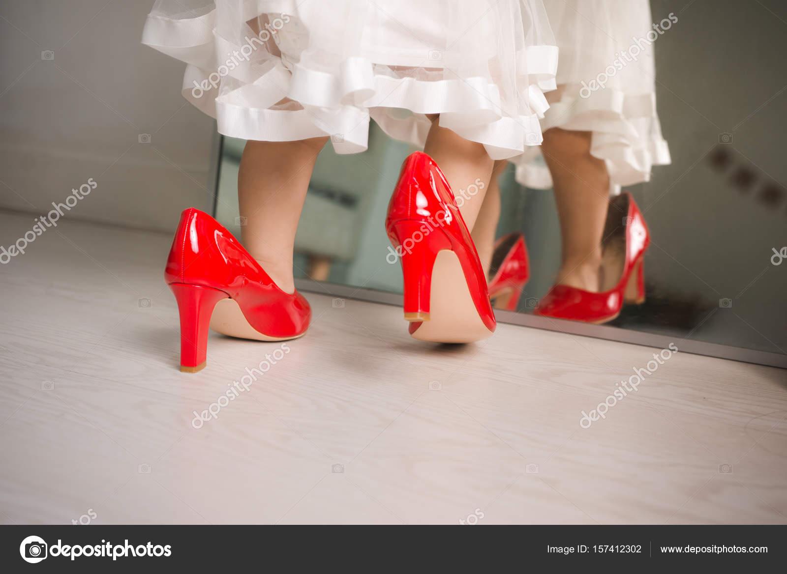Zapatos mama y niña | niña caminando en casa — Foto de stock