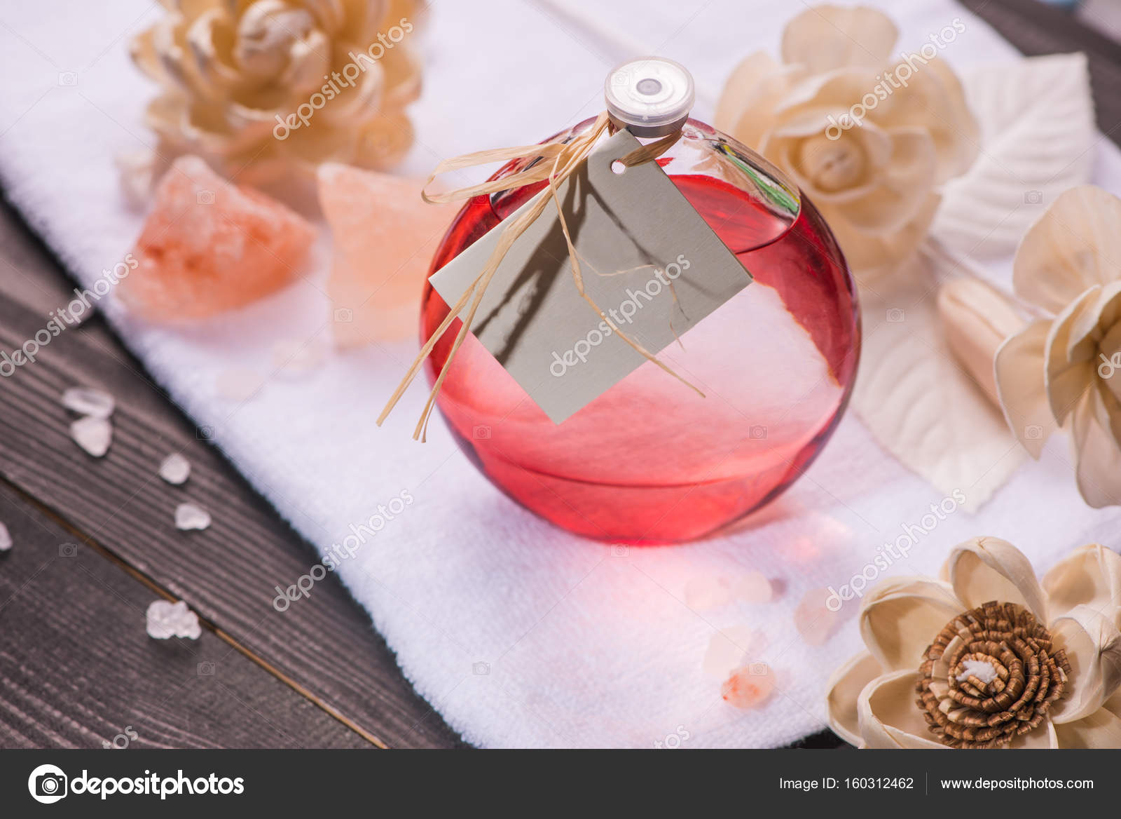 Spa decoration. Bottle of essential oil and draft flowers. — Stock ...